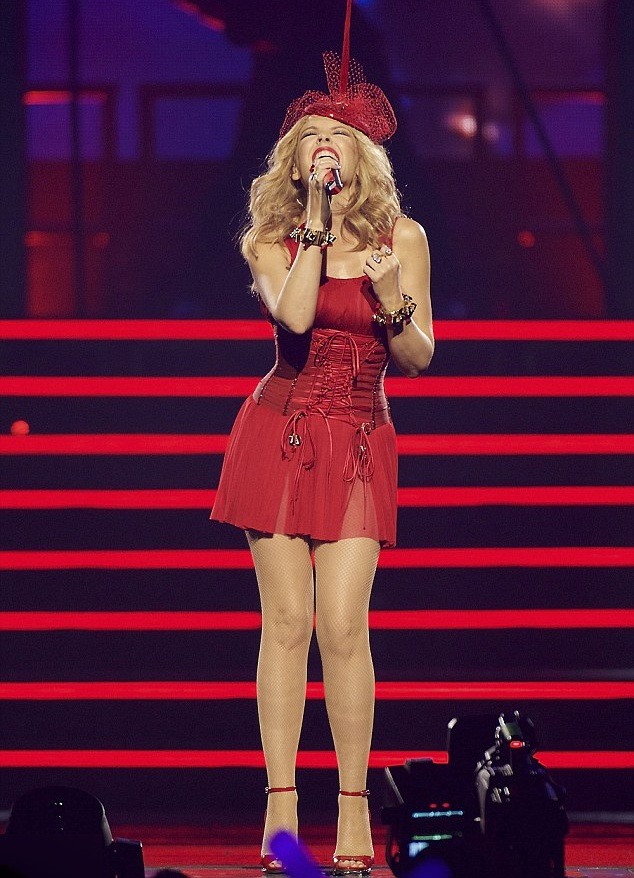 Kylie Minogue - Người đẹp không tuổi bốc lửa trên sân khấu