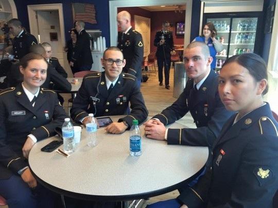 Kristania Virginia Besouw (bìa phải) gia nhập quân đội Mỹ