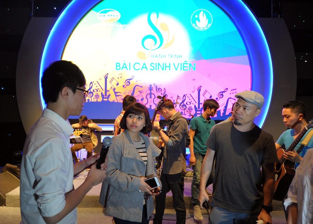 Ca sĩ Thùy Chi và nhạc sĩ Huy Tuấn hướng dẫn cho các đội thể hiện tiết mục một cách hoàn hảo nhất