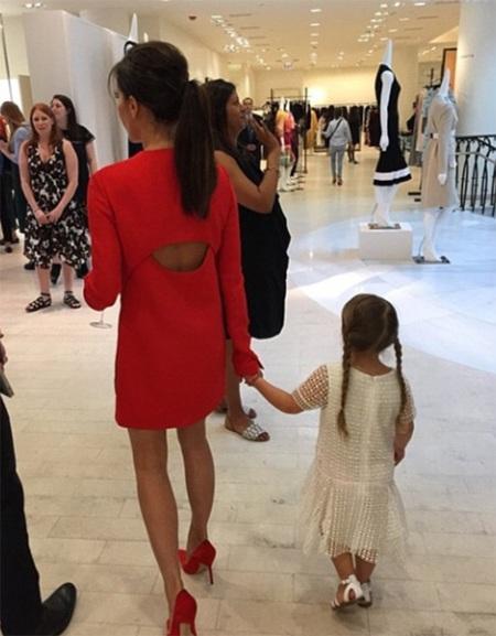 Vic còn đưa con gái Harper cùng dự bữa tiệc này