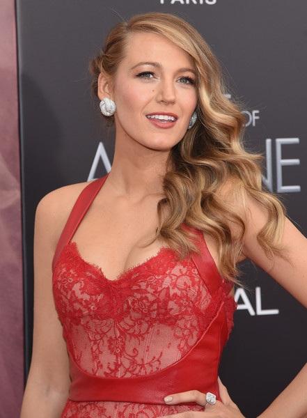 Nữ diễn viên 28 tuổi đẹp kiêu sa với váy đỏ rực Monique Lhuillier