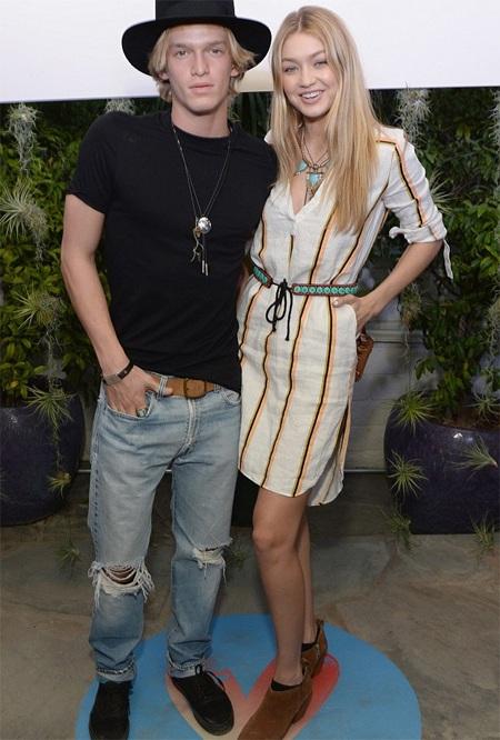 """Ca sỹ Úc tiết lộ về tình yêu """"sét đánh"""" với bạn gái siêu mẫu"""