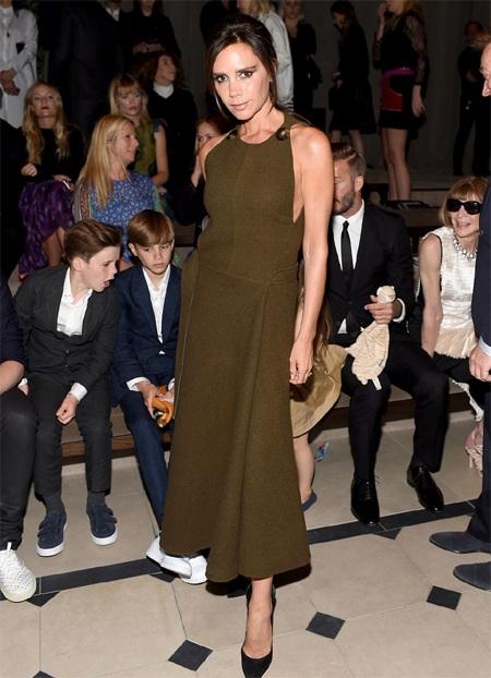 Victoria Beckham mặc bộ váy kín đáo dự sự kiện