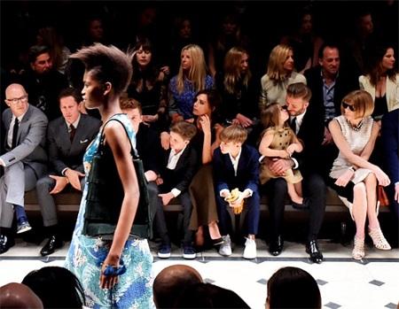 """Khoảnh khắc cô nhóc Harper âu yếm """"thơm"""" bố David Beckham trên hàng ghế VIP thật là đẹp!"""