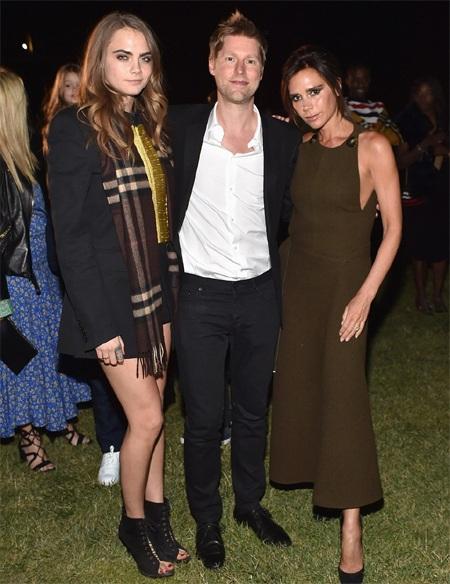 Victoria Beckham và siêu mẫu Cara là khách VIP của ông chủ hãng Burberry- Christopher Bailey