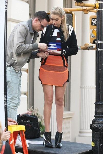 Siêu mẫu 9X khoe chân dài trong buổi chụp hình trên phố
