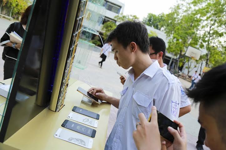 """Điện thoại mạ vàng """"mê hoặc"""" giới trẻ tại Tour nhạc """"rock trên xe tải"""" của Phạm Anh Khoa"""
