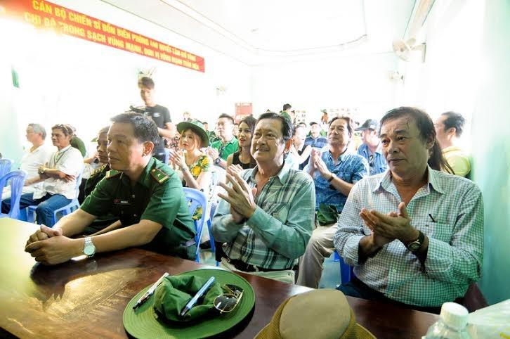 Chánh Tín cùng các nghệ sỹ tới thăm và tặng quà cán bộ chiến sĩ đồn biên phòng Mũi Né