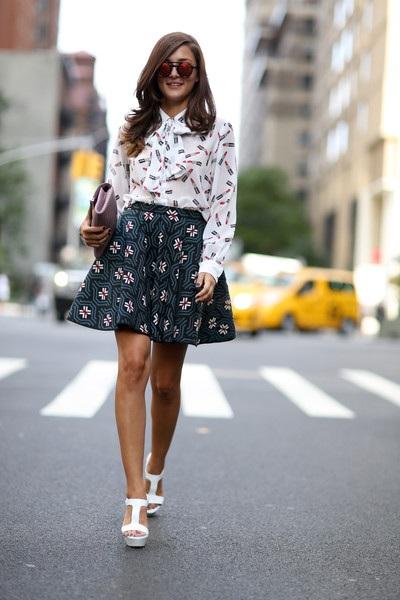 Áo sơ mi hoa và chân váy ngắn nhiều họa tiết