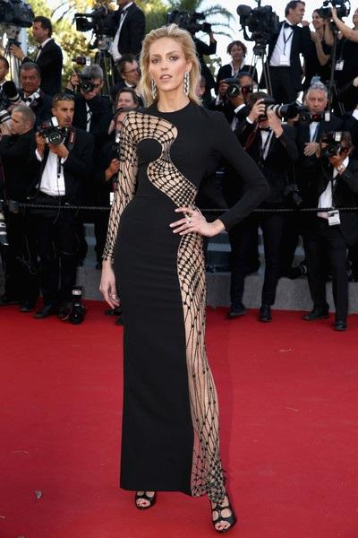 Siêu mẫu Anja Rubi gây sốc với váy mạng nhện tại liên hoan phim Cannes 2015