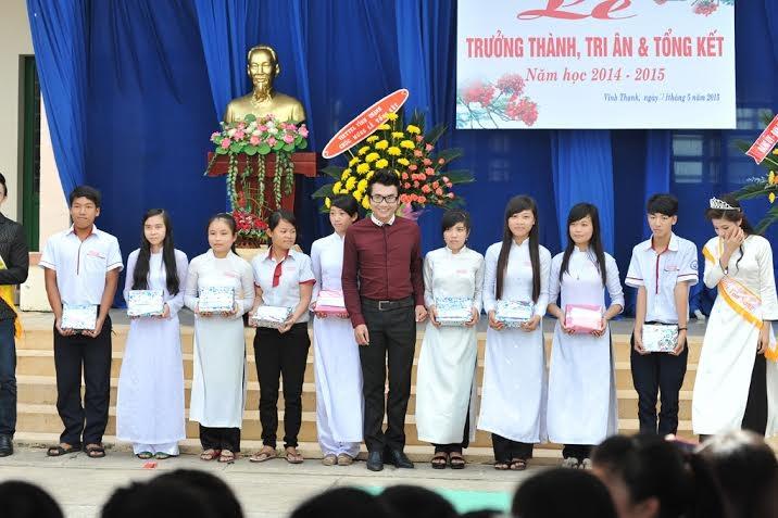 Bác sỹ Ký Quốc Đạt phấn khởi trao tặng 10 suất học bổng cho các em học sinh nghèo hiếu học