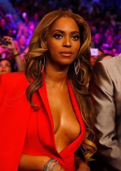 Beyonce gợi cảm với váy đỏ
