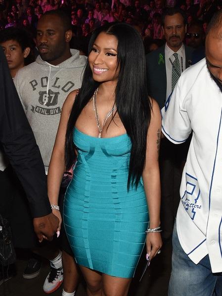 Nicki Minaj diện váy bó sát.