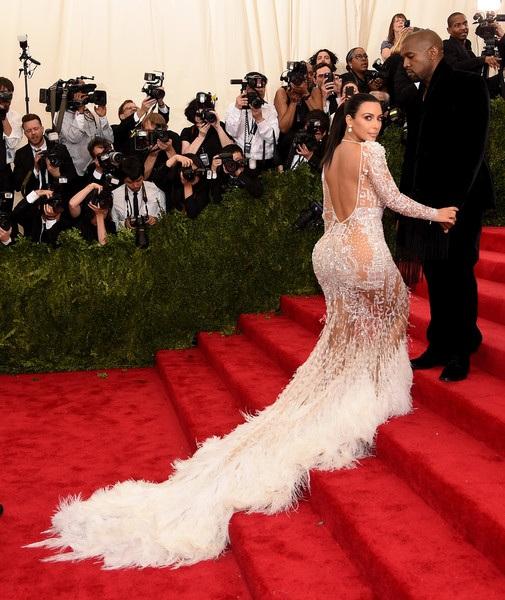 """Tuy nhiên cô Kim bị chỉ trích là """"nhái"""" váy Beyonce mặc dự Met gala năm 2012"""