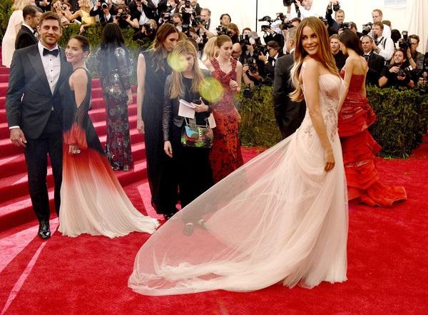 Sofia diện váy