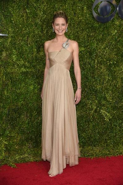 Jennifer Nettles trong chiếc váy của Armani