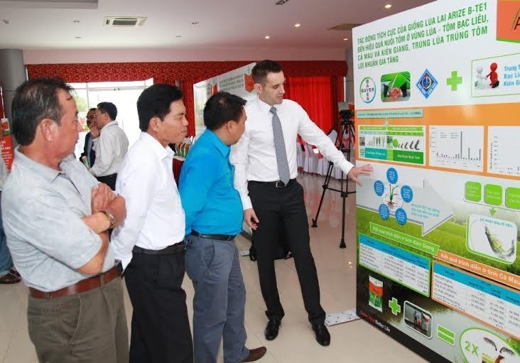 Ông Torsten Velden, Giám đốc nhánh Nông Nghiệp Bayer Việt Nam giới thiệu mô hình luân canh Tôm-Lúa