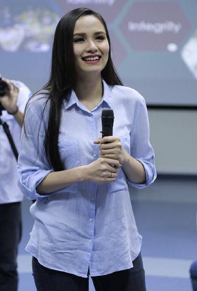 Hoa hậu Diễm Hương giản dị về trường cũ