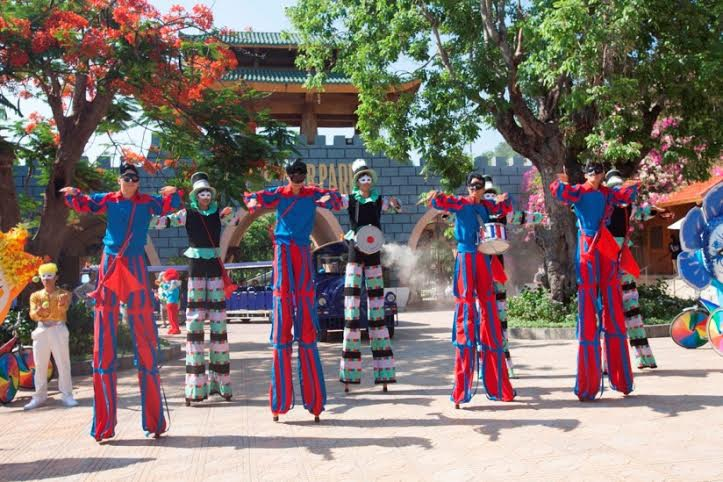 Đoàn diễu hành bắt đầu từ cổng Công viên nước ngọt trên bãi biển duy nhất ở Việt Nam