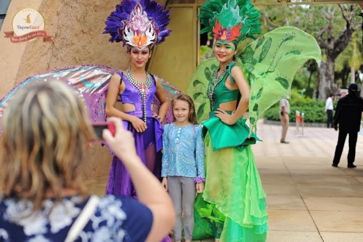 Chụp ảnh với vũ công là một cách lưu giữ kỷ niệm và chia sẻ với bạn bè về kỳ nghỉ