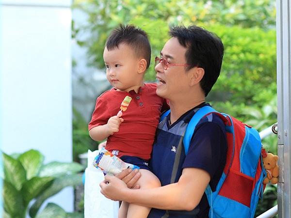 Anh thường xuyên dành thời gian để chăm sóc cho cậu con trai mới hơn 2 tuổi