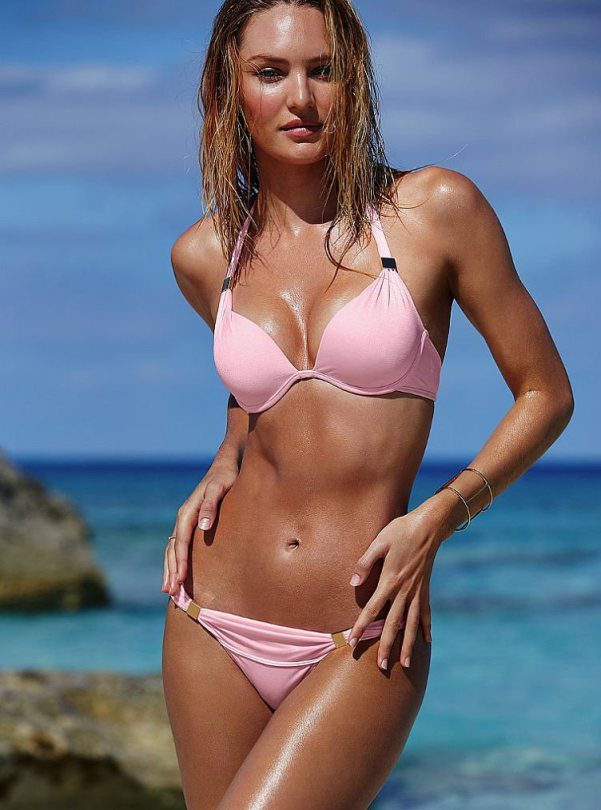 Candice Swanepoel lại đốt cháybãi biển với BST bikini