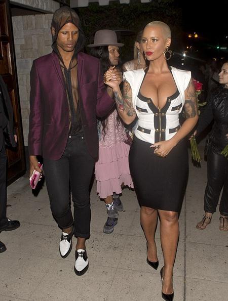Tình cũ của Kanye West ép ngực chặt căng