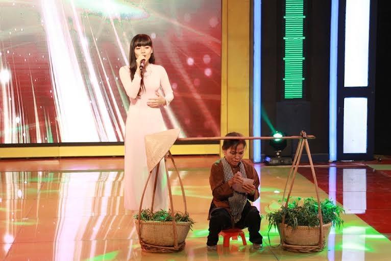Tần Hoài Ngân trình bày ca khúc Mẹ yêu do cô tự sáng tác