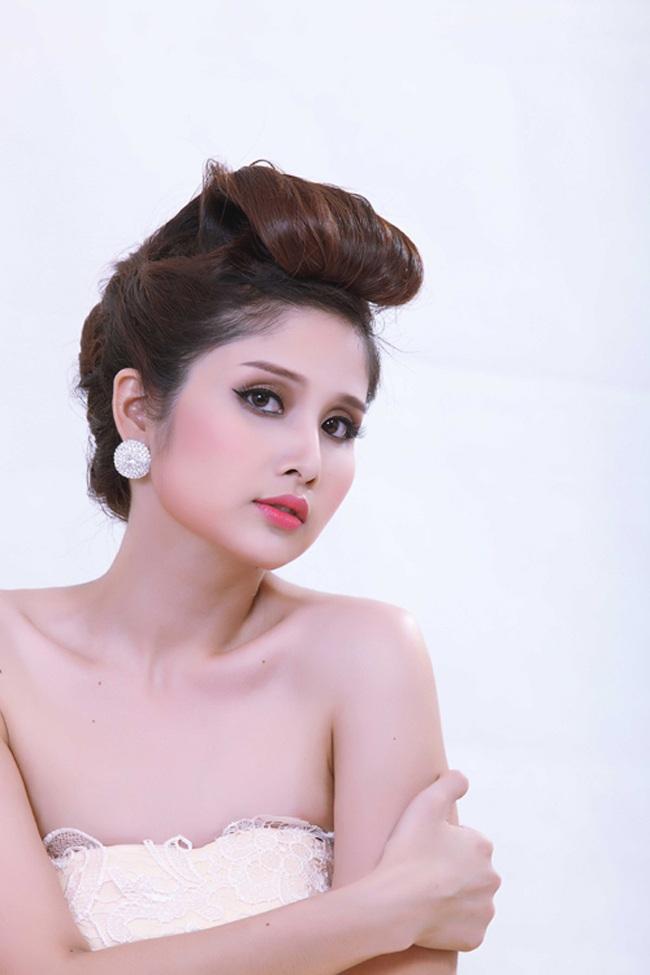Cô từng được đạo diễn Việt Trinh mời tham gia một vai phụ trong Vợ của chồng tôi