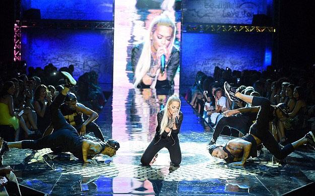 Rita Ora đốt cháy trên sân khấu....