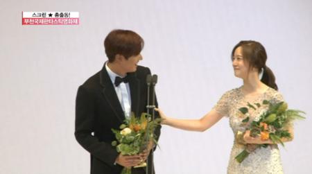 Hai ngôi sao cùng bước lên bục giải thưởng