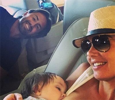 Tamara Ecclestone hạnh phúc khoe ảnh cho con bú trên máy bay riêng.