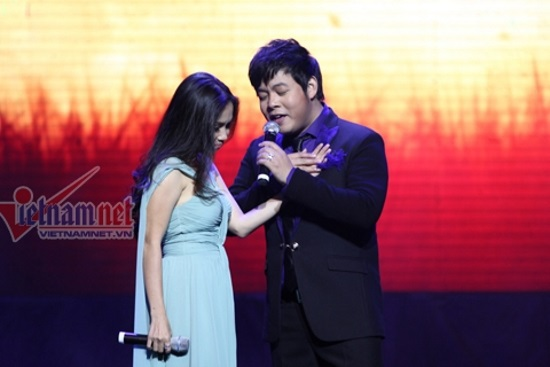 Quang Lê và Cẩm Ly tình cảm trên sân khấu khi cùng song ca trong liveshow của anh