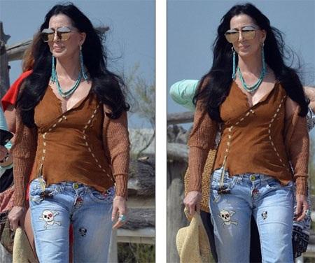 Cher đi dạo thư giãn trên bãi biển