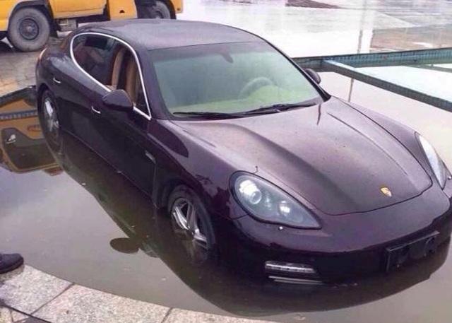 Porsche Panamera lao xuống hồ