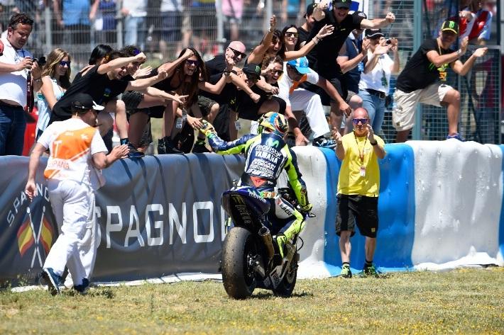 Valentino Rossi ăn mừng vị trí thứ hai trên bục podium