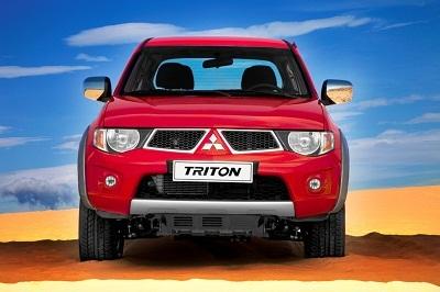 Với hai phiên bản sử dụng động cơ diesel 2.2L 4x4 số sàn 6 cấp và 3.2L 4x4 số tự động 6 cấp.