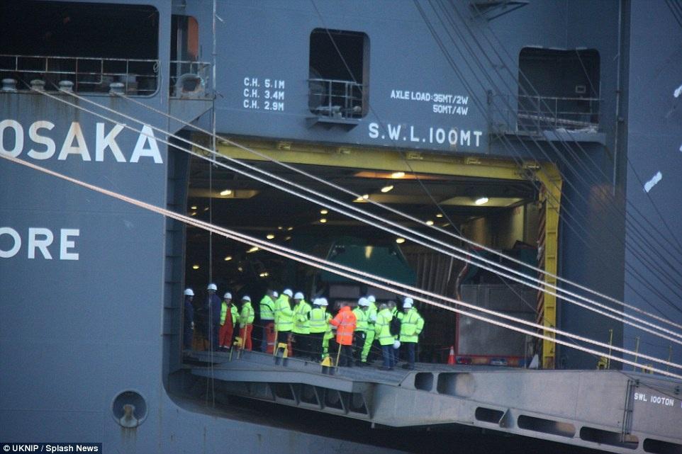 Có ý kiến cho rằng tàu bị nghiêng là do hàng hoá hoặc do nước tràn vào tàu, hoặc cả hai lý do.