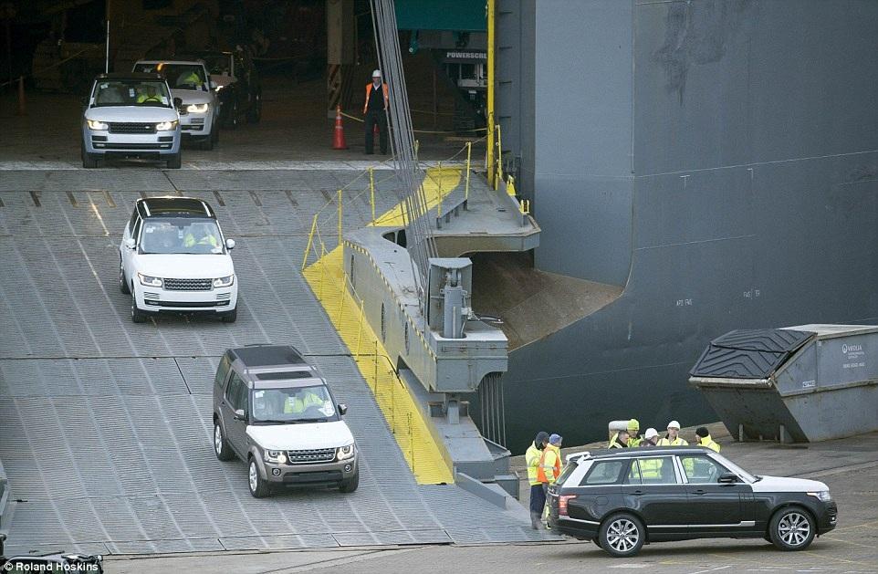 Hàng trăm xe Range Rover, Jaguar và Porche đang được chuyển ra khỏi tàu