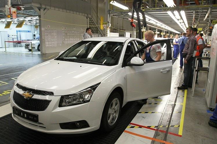 Lắp ráp xe Chevrolet Cruze tại nhà máy ở St. Petersburg (Ảnh: WSJ)