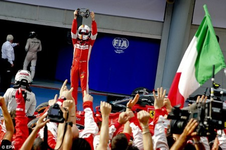 Vettel ngắt mạch chiến thắng của Mercedes
