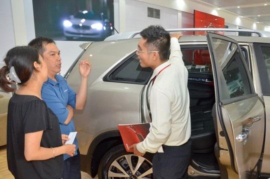 Khách hàng tìm hiểu để mua ô tô tại TP HCM. Ảnh: Tấn Thạnh