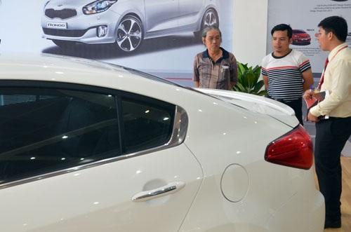 Khách chọn mua xe tại một cửa hàng của Thaco ở TP HCM (Ảnh: Tấn Thạnh)