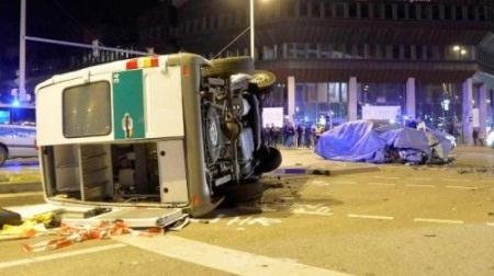 BMW 7-Series tông lật xe Mercedes Sprinter của cảnh sát