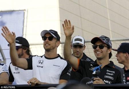 Jenson Button phải ngồi ghế khán giả