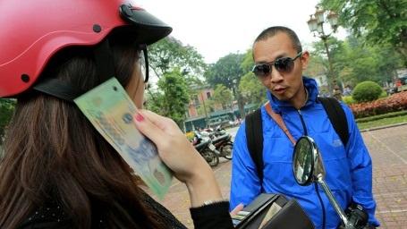 Cô-gái-tốt-bụng-nhất-định-giấu-mặt tại phố Hàng Bún đã ghé ngang để tặng anh em ít lộ phí. (