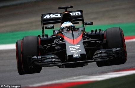 Nico Rosberg đánh bại Hamilton ngay ở góc cua đầu tiên