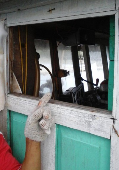Phần kính cabin bị đập bể hoàn toàn.