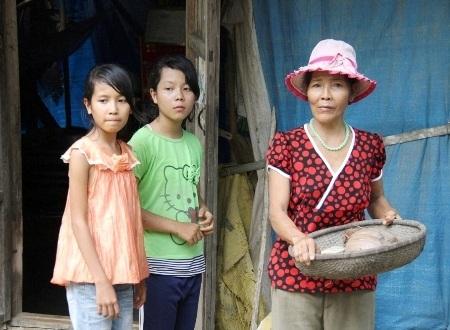 3 mẹ con bám trụ trong Đền và lặn lội kiếm cơm từng ngày.