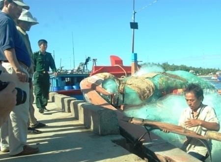 Cơ quan chức năng đang xác minh thiệt hại trên tàu cá QNg 90226-TS.